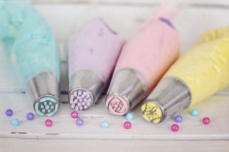 Wie färbt man Zuckerguss ohne Lebensmittelfarbe?